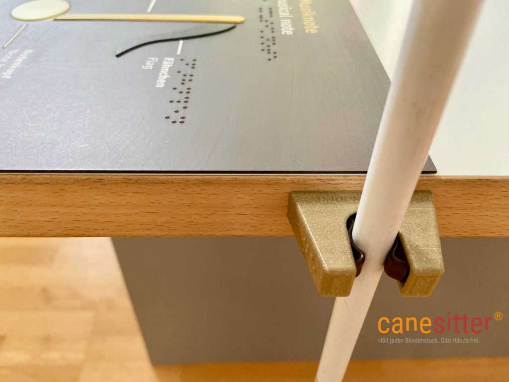 Hier sieht man den Canesitter im Museum in Gold mit brauner Klammer